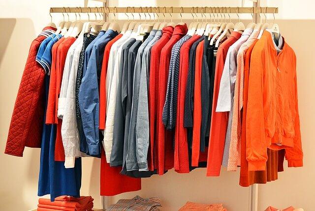 ubrania powieszone obok siebie w różnych kolorach