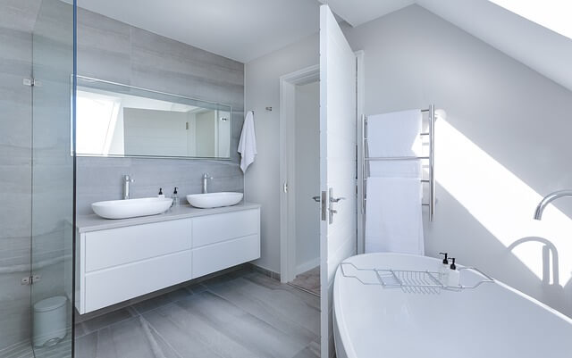 czystość w łazience w kolorze białym